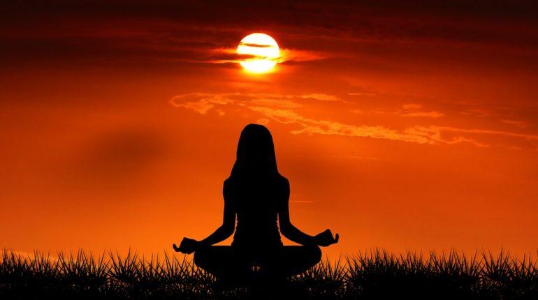 Za odpočinkem nechoďte daleko. Stravte čas v meditační pyramidě na zahradě